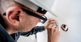 Was kosten Handwerker? Einen Elektriker engagieren.