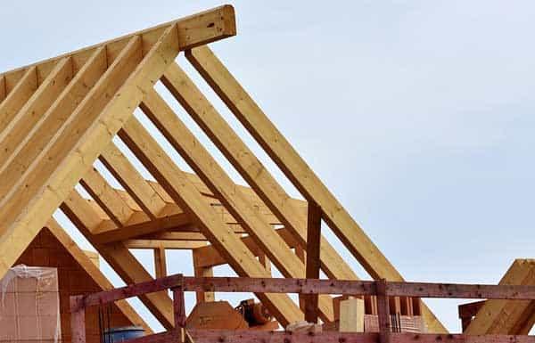 Beim Aufbau eines Dachstuhles kann ein Druckluftnagler eingesetzt werden