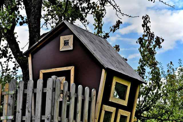 Ein selbstgebautes Baumhaus bringt viel Freude bei den Kindern